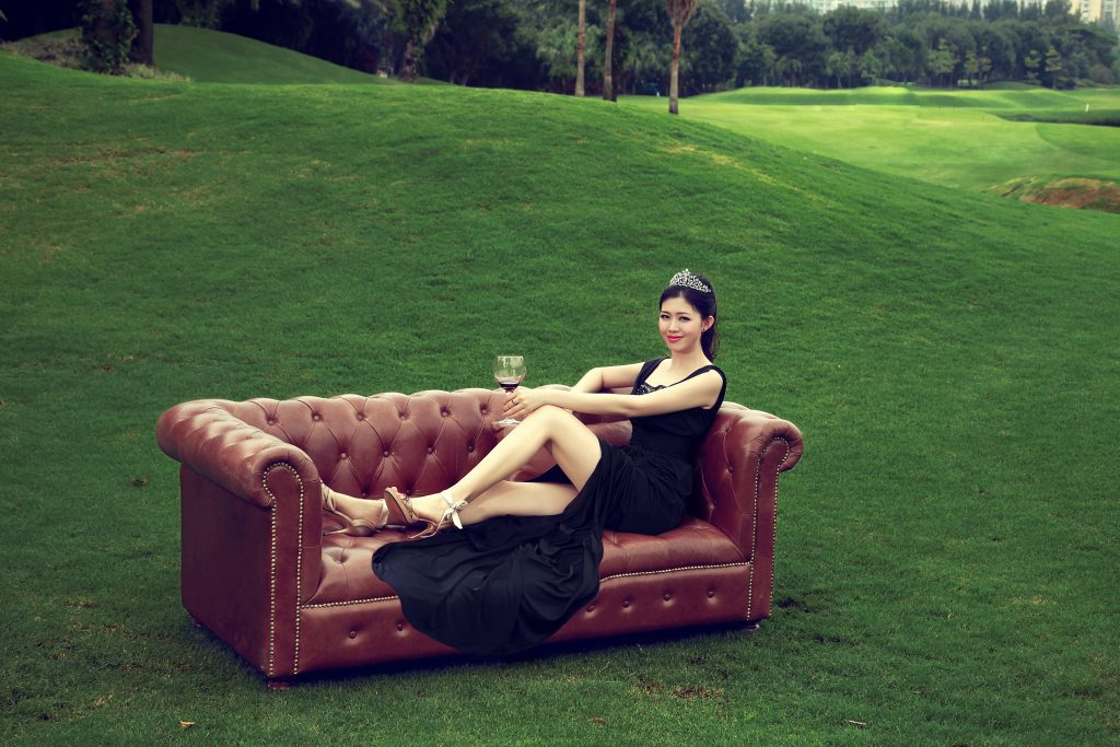 Frau auf Couch auf dem Golfplatz