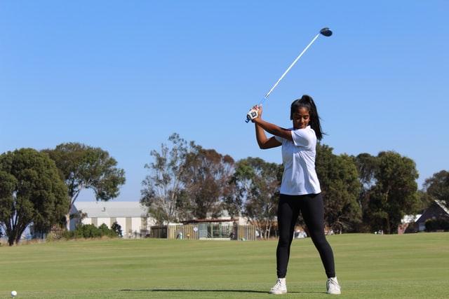 Mädchen mit Golfschläger
