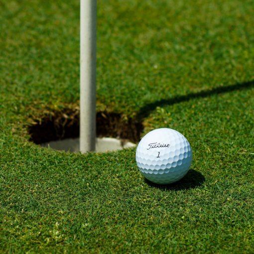 Golf sport der Ball liegt direkt am Loch