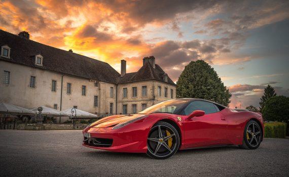 Ferrari vor Golf Clubhaus