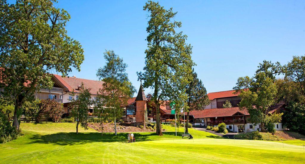 Golf Clubhaus mit Putting Grün