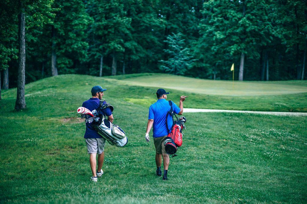 Freunde spielen gemeinsam Golf