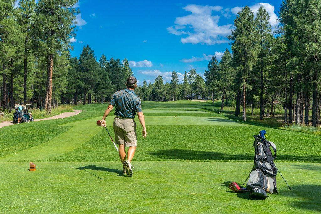 Golfspieler nach dem Abschlag